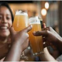Boire un verre en ville pour faire connaissance avec les inscrits des environs